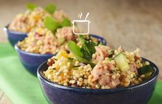 Salada de quinoa com atum // Em uma tigela coloque a quinoa, os damascos, a cebola, o pepino, a salsinha, a hortelã, as nozes, o azeite e misture // Receita completa em casaecozinha.com ;-)