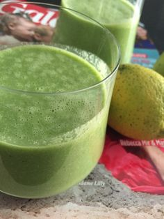 Green Smoothie with Celery, Lemon, Spinach, Mint and Cashew Nuts - so good!
