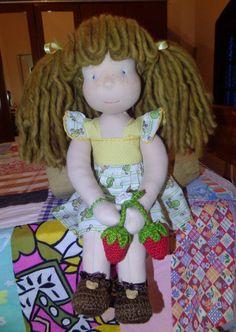 Alice ganhou um chaveiro com dois morangos, olha só a alegria dessa pequena flor. ♥