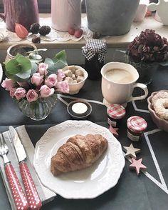 Guten Morgen ihr lieben Insta - se  ich wünsche euch allen einen schönen, gemütlichen Sonntag ...  ☕️ • • • ☕️ #croissant  #coffeesesh #kahve#breakfast #frühstück  #yummy #yum #coffeerem#coffeetime#goodmorning #myhome #eeeeeats#cafenoir  #lecker #food  #feedfeed #foodsporn #kaffeezeit #morningcoffee ☕️ #donuts#smoothie#coffeerem#landliebe#coffeeandseasons#delicious#breakfast #interior123 #autumn #solebich#farbenspiel#tablesetting#interior_and_living