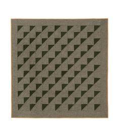 PYRAMID STEP 過去のA.P.C.コレクションの生地、ツイードと無地ウールを使用したパッチワーク. 薄手の中綿入り. ハンドステッチ. ジェシカ・オグデン & ジャン・トゥイトゥによるデザイン. 数量限定. サイズ: 150 x 150 cm.