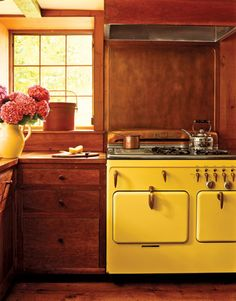 orange wood kitchen with yellow vintage appliances.like stove BDR Kitchen Stove, Kitchen Dining, Kitchen Decor, Cozy Kitchen, Kitchen Interior, Rustic Kitchen, Space Kitchen, Happy Kitchen, Kitchen Canisters