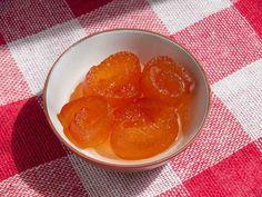 Turunç Reçeli - Dilek Erol #yemekmutfak.com Turuncun görünümü portakala benzer, ancak tadı ekşi-acı olduğu için meyvesi yenmez. Turuncun kabuklarından yapılan reçelin ise tadına doyum olmaz. Yapması biraz zahmetlidir, ama o kadar lezzetlidir ki uğraşmaya değer. Turkish Recipes, Ethnic Recipes, Preserves, Cantaloupe, Jelly, Pudding, Fruit, Desserts, Food