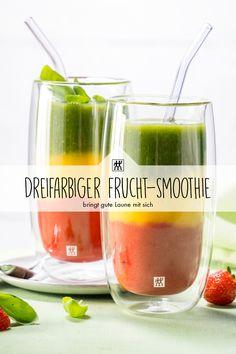 Dieser dreifarbige Frucht-Smoothie bringt gute Laune mit sich. Am besten genießt man ihn mit einem Trinkhalm, dann kann entsprechend der Eintauchtiefe von jeder Komponente gekostet werden. #smoothie #mixer #blender #fruitsmoothie #fruchtsmoothie #orangensaft #spinat #kiwi #ingwer #apfelsaft #mango #erdbeere #erdbeeren Smoothie Mixer, Nutribullet, Kiwi, Cantaloupe, Smoothies, Mango, Fruit, Food, Ice Tea Drinks