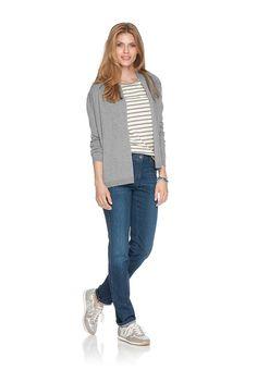 Cleane Lässigkeit in Ringeloptik. Dieses Damenshirt beeindruckt mit einen modernen, unkomplizierten und frischen Look. Das liegt vor allem an den schmalen Streifen in zurückhaltender Farbigkeit. Die dezenten Metallapplikationen entlang des Ausschnitts und die schöne 3/4-Ärmellänge geben dem Langarmshirt eine feminine Note, passend zur feinen Jersey-Qualität aus reiner Baumwolle. Mit diesen Attr...