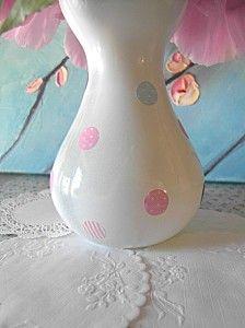 peinture blanche satinée en spray sur des bocaux
