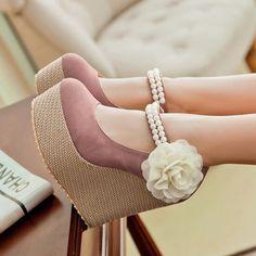 Zapatos de plataforma color café con plataforma color beige belcro con perlas blamcas y flor en los costados blanca