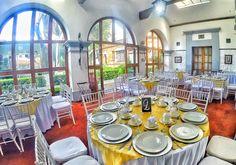 Dorado y blanco, clásico y elegante para este salón