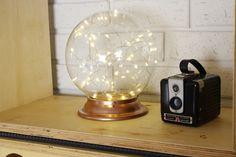 É engraçado como algumas coisas de decoração não tem época né? Dias atrás eu tava numa loja de elétrica e encontrei um globo de vidro. Lembrei na hora dos que ficavam pendurados no teto da minha casa no interior. Então trouxe pra casa já com uma ideia na cabeça. Queria usar umas luzinhas que tinha […]