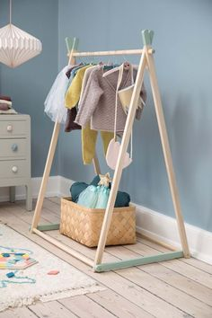 Baby Clothes Hangers, Diy Clothes Rack, Clothes Stand, Kids Clothing Rack, Diy Bebe, Toddler Rooms, Retail Space, Kids Furniture, Wooden Furniture