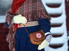 nice mittens and embroidered handbag. It doesn't look like they do the tin embroidery in Finland! Is that just a Swedish sami thing?
