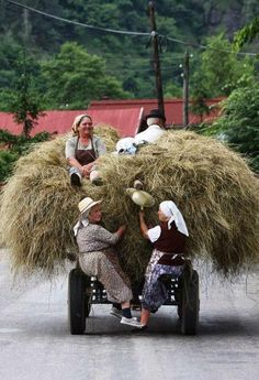 Thats scary Romanian Rural LIfe. Much of Romania is still unspoiled and uncommercialised and all the more beautiful and wonderful for that We Are The World, People Around The World, Wonders Of The World, Around The Worlds, Country Life, Country Living, Country Charm, Bulgaria, Beautiful World