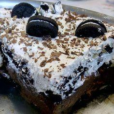 Oreo (pudding) τούρτα, που ξετρελαίνει μεγάλα και μικρά παιδιά!!!Εύκολη, γρήγορη με κρέμα σαν πουτίγκα! Υλικά Συνταγής 3 συσκευασίες μπισκότα γεμιστά Για τ