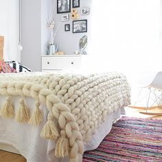 manta punto grueso, manta xl, chunky blanket, lana merino - how-to-crochet-chunky-blanket Chunky Knit Throw, Chunky Blanket, Chunky Yarn, Arm Knitting, Knitted Blankets, Cozy House, My Room, Home Crafts, Diy Crafts