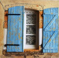 Des volets bleus devant une fenêtre aux rideaux anciens - création VM d'après une image réelle du net Images, Miniatures, Blue Shutters, Curtains, Puertas, Minis