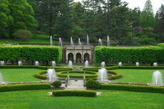 Longwood, quase 5 km² de jardins, bosques e prados. Onde são cultivados mais de 11.000 diferentes espécies, híbridos e variedades de plantas. Foi um dos primeiros jardins botânicos dos EUA e é um dos mais importantes.