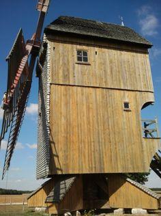 Moinho de vento Pelard, vista lateral. O moinho situa-se ao sul de Chartres, em Bois de Feugères, Bouville. Seguindo a Route Nationale (RN) 10, você pode ver o moinho de vento no lado direito da estrada, no departamento de Eure-et-Loir, região administrativa do Centro, França. Fotografia: Laurent Manganello.