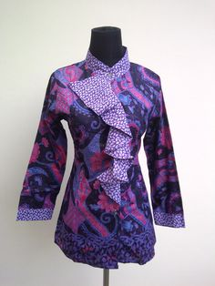 bagaimana jika Anda mengaplikasikan beberapa model baju kerja batik wanita di bawah ini sebagai refreshment pekerjaan Anda Batik Blazer, Blouse Batik, Batik Dress, Mode Batik, Model Kebaya, Batik Kebaya, Batik Fashion, Indian Attire, African Fashion