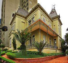 O casarão da Rua Pirapitingüi, número 111, construído em 1891, foi a residência de Ramos de Azevedo e de sua família por várias décadas. Em 1983, o imóvel foi doado à Irmandade da Santa Casa de Misericórdia de São Paulo, à Cruzada Pró-Infância e à Fundação Antônio Prudente.