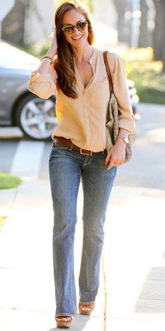 Minka Kelly, perfecta para el día con unos jeans y camisa en color arena.