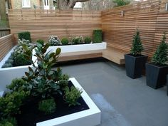 London Garden Fencing Fencing contractors in London. Backyard Garden Design, Small Garden Design, Backyard Landscaping, Exterior Wall Cladding, Cedar Cladding, Small City Garden, Garden Spaces, Garden Privacy, Garden Fencing