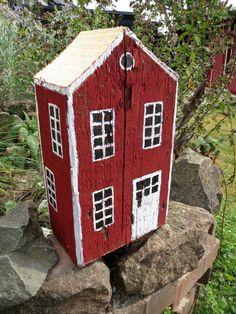 Holzhaus von Claudias-Art auf DaWanda.com Dieses hübsches Dekoobjekt ein Hingucker in jedem Garten oder Wohnraum.Es wurde aus einem Holzbalken gefertigt, liebevoll bemalt und ist ein Unikat.Das Schwedenhäuschen hat einen unverwechselbaren Vintage-Charme.Besonders schön sieht das Holzhaus in der Gruppe aus.