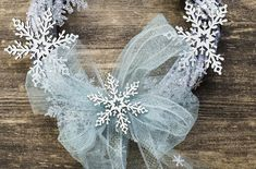 Corona con copos - KENA Hanukkah, Wreaths, Ideas, Home Decor, Blue Painting, White Colors, Crowns, Xmas, Decoration Home