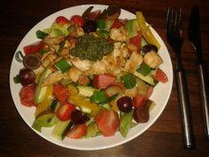 Hedelmäinen kanasalaatti... Normisalaatin (sal. Tom.kurkku, paprika) lisäksi  mm. Avocadoa, suolakurkkua, viinirypäleitä, kevätsipulia, melonia ja mansikoita