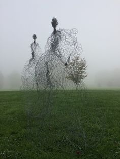 Small tree or gi-huge-ic wire fairies? Magic Wire mesh sculpture by Pauline Ohrel. Outdoor Sculpture, Outdoor Art, Sculpture Art, Abstract Sculpture, Bronze Sculpture, Land Art, Sculptures Sur Fil, Wire Sculptures, Robin Wight