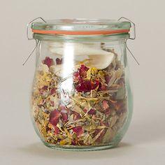 Fiori essiccati di lavanda, olii essenziali e una miscela di tea scelti uno a uno,  confezionati a mano in Napa Valley (California, US) per farti rilassare mentre fai il bagno e sogni di essere altrove  $12$