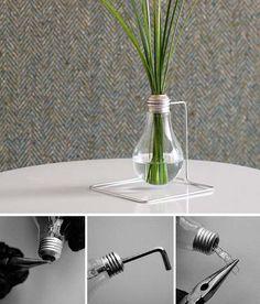 Original florero hecho con una bombilla