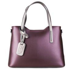 Táto kožená kabelka trendy farby jesene  2017 je vyrobená priamo v Taliansku z pravej, kvalitnej, hladkej a na dokyk príjemnej kože. Farba kabelky je kráľovská fialová spojená so striebornou farbou na rúčkach. Kabelka má hlavné zapínanie na zips.  Vonkajšie rozmery: dĺžka u spodu kabelky: 38cm, dĺžka na vrchu kabelky: 34cm, výška kabelky v strede: 25cm, výška kabelky na boku: 27cm,  výška s rúčkou: 45cm, hrúbka: 16 cm,