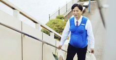 Políticos simulam gravidez para incitar homens a fazer trabalho de casa