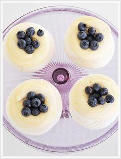 Minipavlova med sitronkrem og blåbær Pavlova, Berries, Cheesecake, Pudding, Cakes, Desserts, Food, Merengue, Tailgate Desserts
