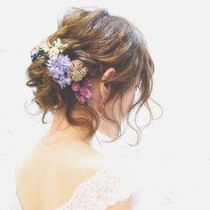 \後れ毛がポイント/お花を飾ったゆるふわシニヨンの花嫁ヘアが可愛い♡   marry[マリー]