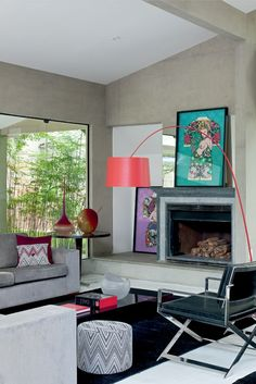 Confortável e contemporâneo, o ambiente prima pelos acabamentos em concreto aparente. Projeto de  Camila Valentini