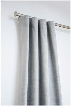 Snygg och funktionell mörkläggande gardinlängd. 100% polyester. 134x250 cm. Gardinen har Comboband vilket innebär 4 olika uppsättningsmöjligheter med ett band (veck-, pennveck-, wave- och hällgardin). Säljs i 1-pack.