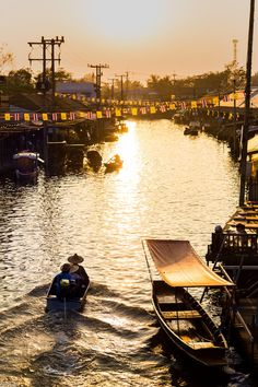 One of the first places that comes to mind in Thailand and Bangkok is the Floating Market. Floating markets are becoming a much more popular place with long promotions made in travel programs and f… Bangkok Travel, Travel Tours, New Travel, Thailand Travel, Thailand Art, Bangkok Thailand, Asia Travel, Scuba Diving Thailand, Best Scuba Diving