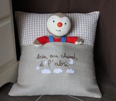 My doudou cushion was successful . Picoti-Picota model embroidered in pink for Charlotte The girl model was noticed and I was asked to make a model boy . The peas is for the princesses! - bea - - Mon coussin range-d Baby Sewing Projects, Sewing For Kids, Dou Dou, Creation Couture, Couture Sewing, Cushions, Pillows, Doll Patterns, Diy And Crafts