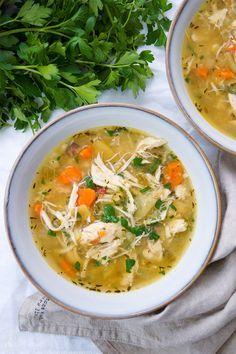 Gesunde einfache Hühnersuppe mit Kartoffeln Rezept. Dazu geräucherter Speck, Sellerie und Möhren.