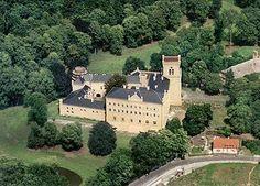 Zámek Chyše Přibližně v polovině trasy mezi Karlovými Vary a Rakovníkem se nalézá nenápadné městečko Chyše, jehož ozdobou je stejnojmenný zámek - sídlo hraběcího rodu Lažanských.    Obec Chyši uvádějí písemné prameny již v poslední třetině 12. století. Původní vladycké sídlo vystřídal v 15. století gotický hrad o kterém bohužel chybí přesnější zprávy. V roce 1466 získal Chyše Burian z Gutštejna, který se brzy poté přidal na stranu protivníků krále Jiřího z Poděbrad.