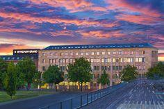 Außenasicht des Wyndham Grand Berlin: Florian Palatz Potsdamer Platz, Berlin, Exterior, Mansions, House Styles, Home Decor, Mansion Houses, Homemade Home Decor, Villas