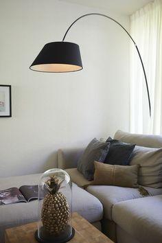 Lamp Itala is een plaatje om te zien. Het strakke design geeft een extra dimensie aan je woonkamer, maar mag ook zeker in de slaapkamer gezien worden! De subtiele verlichting laat de betreffende ruimte sfeervol oplichten. // Goossens @ Villa Arena