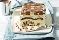 Tim Tam mudslide ice-cream cake Tim Tams and ice-cream? This recipe only takes 30 minutes to prep! Pop it in the freezer overnight and wake to a fudge-centred, crunchy, ice-cream delight. Ice Cream Desserts, Frozen Desserts, Ice Cream Recipes, Frozen Treats, Easy Desserts, Delicious Desserts, Awesome Desserts, Tim Tam, Christmas Ice Cream Cake