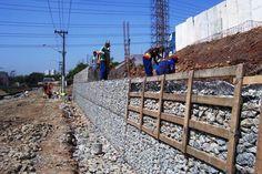 murada de contenção de arrimo feita com técnica de gabiões, garantindo drenagem do terreno