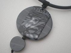 Collier deux perles rondes plates grises et noires : Collier par lolitoi-fimo