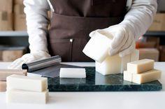 Vill du lära dig att göra ekologisk, äkta hantverkstvål? Japp, då har du kommit rätt! Här går vi igenom grunderna för att tillverka kallrörd tvål med ekologiska ingredienser. Hobbies And Crafts, Diy And Crafts, Diy Eye Mask, Kitchen Witch, Soap Recipes, Diy Skin Care, Handmade Soaps, Soap Making, Food Hacks
