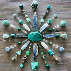 how to use crystals to make a crystal grid or crystal mandala for crystal healing - healing properties of crystals - boho home decor - chakra healing Crystal Shop, Crystal Magic, Crystal Grid, Crystal Healing, Chakra Healing, Chakra Crystals, Stones And Crystals, Wicca Crystals, Gem Stones