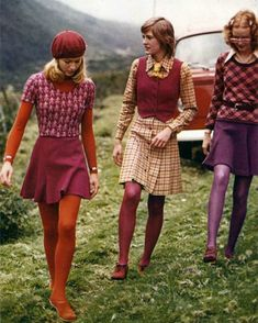 I like the layering of the outfit on the left, pink onto of orange works well here. the matching orange shoes too. I like the pattern on the top, the simplicity of just colours in the rest of the outfit make the top stand out. 70s Inspired Fashion, 60s And 70s Fashion, Look Fashion, Vintage Fashion, 60s Fashion Trends, 1960s Fashion Women, Seventies Fashion, Ski Fashion, Modern 60s Fashion