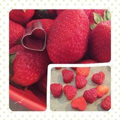 Une idée toute simple pour finaliser un dessert : vous n'avez besoin que d'un emporte-pièce en forme de coeur..... et de fruits ! J'ai utilisé des fraises car je voulais décorer des muffins et chantilly à la fraise, mais vous pourrez réaliser ces petits...